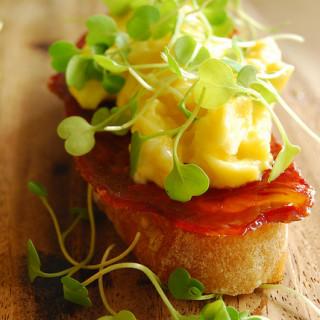 Breakfast #41: Montadito de Pan con Tomate, Chorizo, y Huevo